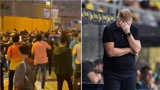 CĐV Barcelona giận dữ bao vây xe HLV Koeman