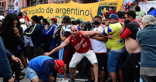 Maradona. Đám tang Maradona: CĐV Argentina ẩu đả với cảnh sát trong đám  tang   TTVH Online
